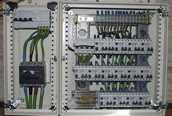 Cuadro el ctrico de mando y protecci n smartsan ingenier a for Distribucion cuadros pared